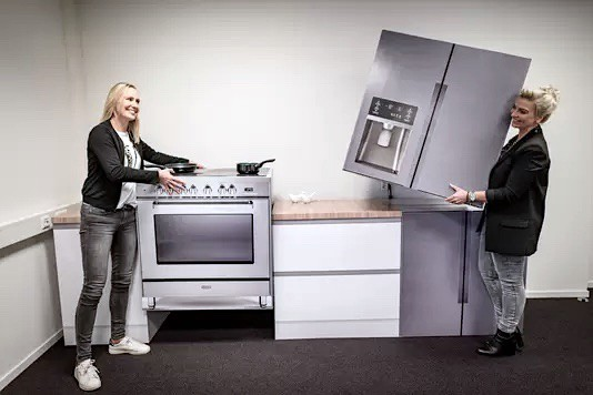 Cubiqz lightweight cardboard oven and cardboard American fridge for Home Staging and expo